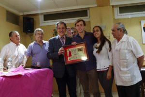 Román, premiado en Utiel con su peso en vino