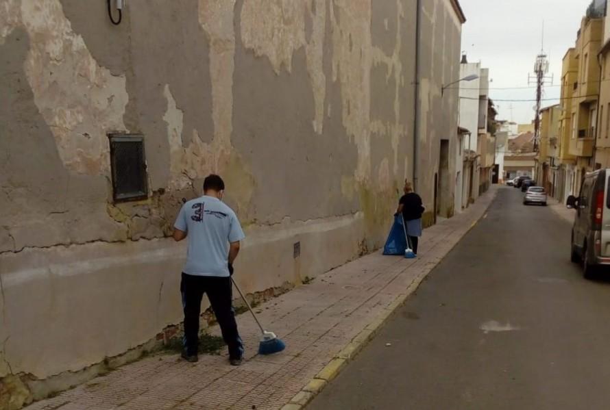 El Ayuntamiento de Utiel contrata una brigada de refuerzo para limpieza viaria ante la proliferación de malas hierbas