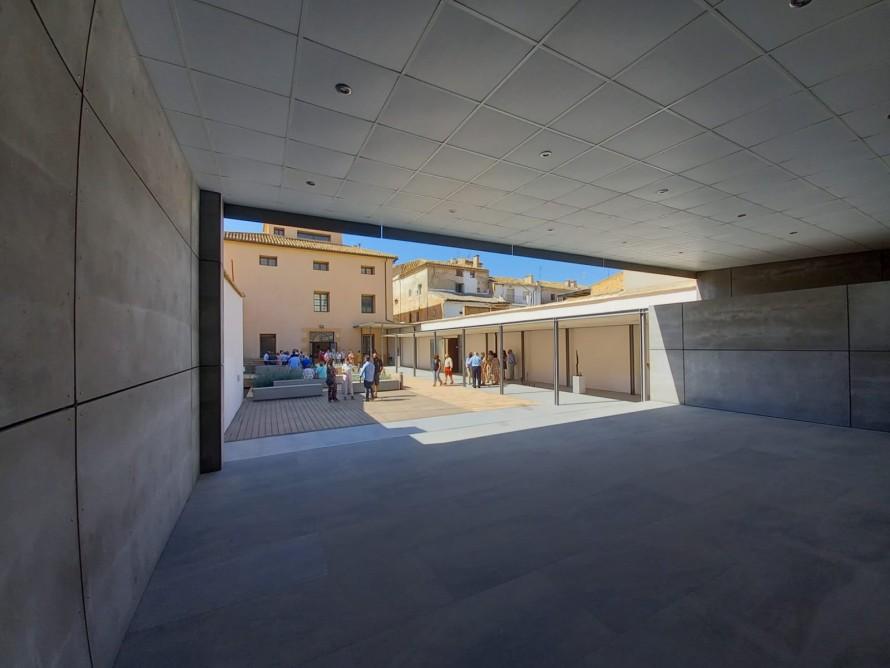 La Casa Alamanzón de Utiel estrena patio con escenario y nueva sala de exposiciones con la obras del artista utielano ANZO